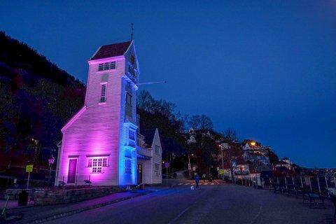 Verden over lyssettes signalbygg. I Bergen er det Skansetårnet som er fargelagt.