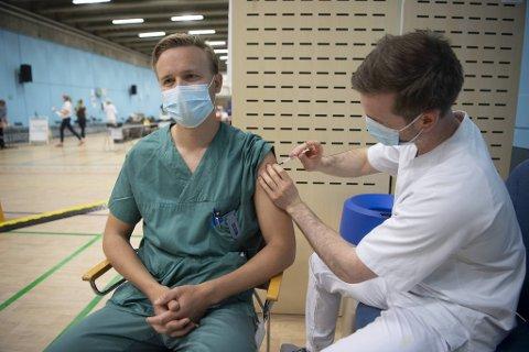 Øyelege Ole Petter Foss Wickmann får sin andre dose vaksine. Den første han fikk var AstraZeneca. Fredag fikk han Pfizer i armen av sykepleier Vegard Aksland..