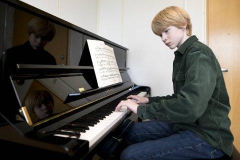 Musikerspiren Balder Brudeseth Holmedal (14) øver to timer for dagen. Stort sett i hvert fall: – De fleste dager går det, men noen dager kan det være vanskelig. Men jeg prøver å få spilt så mye som mulig.