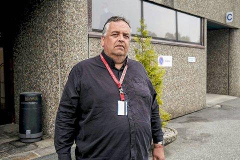 Spark Kjøp-sjef, Iwan Eide Knudsen, er oppgitt etter at det ble gjort hærverk og forsøpling ved butikken på Kokstad. Natt til mandag var rundt 100 russ samlet på stedet, opplyser politiet.