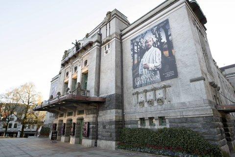 Det gikk galt da DNS skulle lage det store banneret som henger ved hovedinngangen på teaterbygget på Engen.