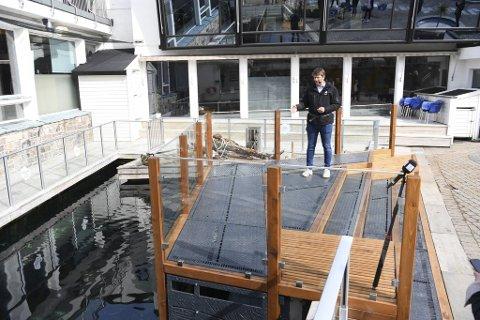 Akvariet-direktør Aslak Sverdrup spaserte på dekket av den gamle askøyfergen (de grå metallplatene) da han åpnet fiskehotellet tirsdag formiddag.