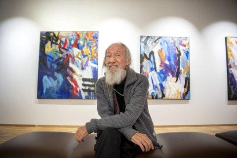 Dag Ulf Thorkildsen åpnet sin utstilling i Åsane kulturhus mandag. Et lyspunkt i en tung tid, sier kunstneren som har hele 45 år som kunstmaler bak seg.