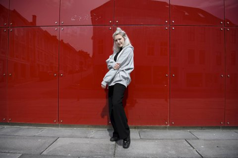 Tomine Berge går under artistnavnet ur Monarch. For en uke siden slapp hun sin første singel.