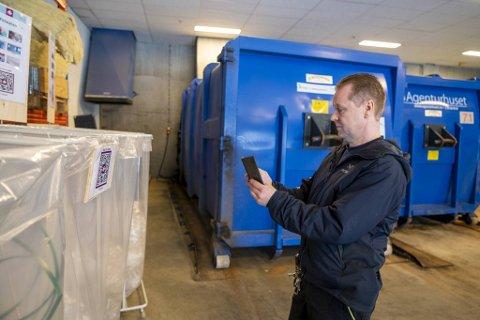 – Kjekt å holde på med, sier Henning Sjursen, driftsoperatør i Vestkanten Storsenter, om uttestingen av det nye avfallssystemet.
