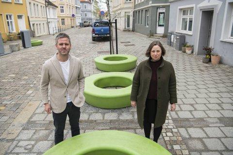 Høyres Eivind Nævdal-Bolstad og Charlotte Spurkeland er irritert på de grønne plastsmultringene som på mystisk vis dukket opp i Skottegaten - i Høyres egen styringstid.
