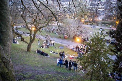 Smittevernoverlegen mener at de høye smittetallene er konsekvensen av samlinger forrige helg, blant annet i Nygårdsparken.
