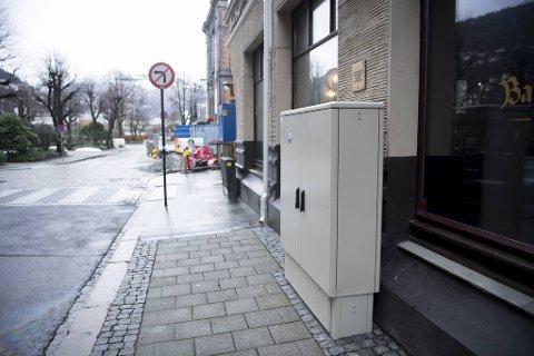 Rett under hedersplaketten ble den grå boksen satt opp.