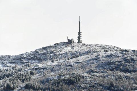 Slik så det ut på Ulriken lørdag formiddag. Natt til søndag kan det drysse mer hvitt over det høyeste av byens syv fjell.