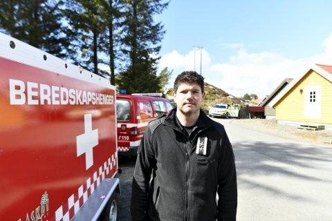 Vakthavende brannsjef Jørgen Skogedal i Askøy Brann og Redning håper på regn. Etterslukningsarbeidet pågår i utfordrende terreng, og det er vanskelig å få inn vannslanger.