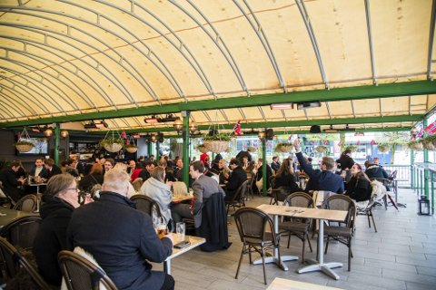 Dette blir vår andre nasjonaldagfeiring under en pandemi, og i fjor var bord blant byens serveringssteder et av de få «normale» tilbudene. Bildet er fra Logehaven den 17. mai 2020.