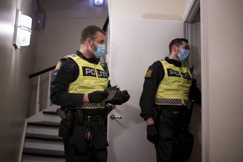 Politiet har i månedsvis hatt hendene fulle med å stoppe støyende og overfylte privatfester. Her slår politioverbetjent Knut Grini og makker Ole Andre Elvebakk slår til mot en leilighet i Bergen sentrum 21. mars.