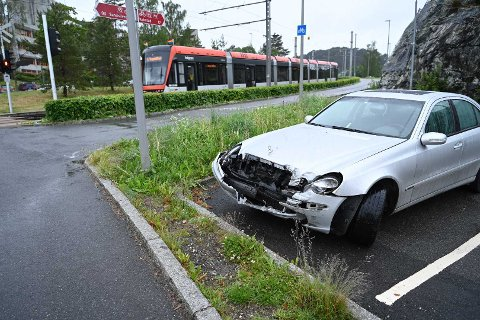 Bilen fikk en kraftig skade i sammenstøtet med Bybanen.