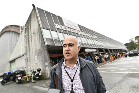 Noen av de som skulle vaksineres i Bergenshallen torsdag, fikk ikke beskjed. Driftssjef Hossein Teherani sier til BA at det ikke er første gang de har trøbbel med dette.