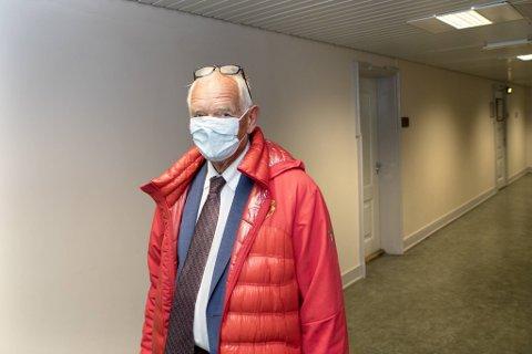 Trond Mohn på vei inn i rettssalen torsdag, hvor han møtte kollegaen han jobbet med tidlig på 1990-tallet.
