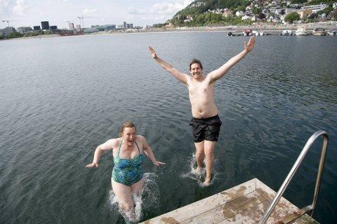 Grete Line Simonsen (V) og Thor Haakon Bakke gledet seg ikke akkurat til dukkerten, men vannet var visstnok deilig når de først kom uti.