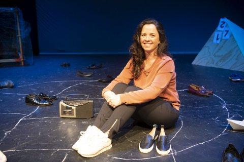 Ingvild Kivijärvi Hals har skapt teaterstykket om oktoberbarna. Skuespillerne er                                   hennes elever fra teaterskolen på Vestlandske Teatersenter. Over fem hundre unge afghanere er forsvunnet etter at de har skjønt at de ikke vil få opphold i Norge. De ser på retur til Afghanistan som alt for farlig.