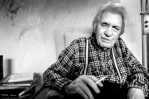 Per Hovdenakk ble som 80-åring intervjuet i BA. Som kulturredaktør i Bergens Arbeiderblad på 1960-tallet holdt han åpen dør og åpne spalter for byens unge og talentfulle forfattere, bildekunstnere og journalister.