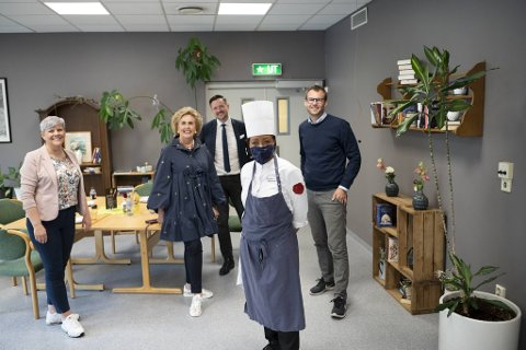 Beate Husa, Dag Inge Ulstein, kokk Dorothy Birkeland og Kjell Ingolf Ropstad besøkte tirsdag kafeen Mat og Prat.