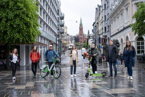 BAs testpanel har ankommet Olav Vs plass. (Fra v.) Martine Tangenes (buss), Cecilie Austvik (fotgjenger), Eivind A. Pettersen (bysykkel), Magdalena Cohen Stjernberg (drosje), Julie Sætre (løperhjul), Einar Lundsør (bil) og Katrine Hamre Gundersen (bybane).