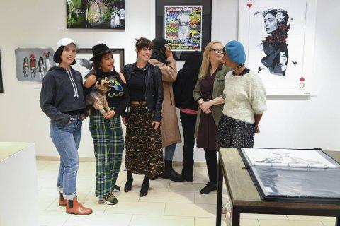 Kathrine-Beth Reigstad, Mona Tahani, Lise, Razle, Lotte, gallerist Cecilie Dahl og Dish. Streetart Girls Bergen stiller ut verk fra 15 kvinnelige gatekunstnere på Bergensgalleriet.
