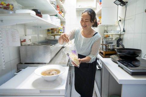 Restaurantsjef My Chi Se i aksjon på Enjoy Saigons lille kjøkken. Hun er overbevist om at bergenserne er modne for matkulturer fra andre verdenshjørner. – Vi selger mye av nasjonalretten pho!