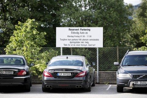 Dette er skiltet som inviterer turgåere til å parkere på plassen til Eidsvåg Auto.