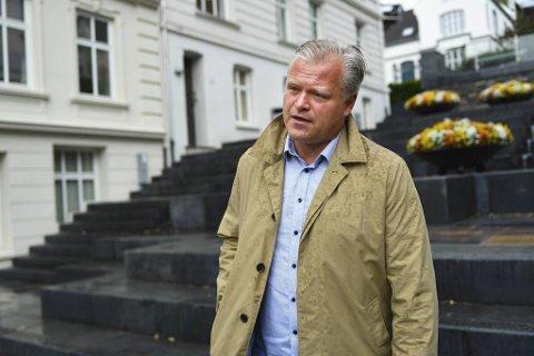 Jurist Marius Reikerås mener at karantenehotell egentlig er interneringsleirer.