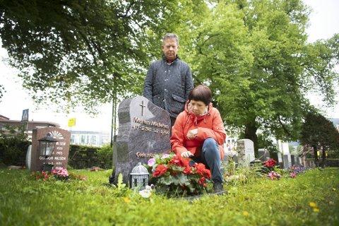 Lasse (69) og Vibekke Michelsen (67) besøker graven til sønnen Morten (39) på Årstad nye gravplass. Begge håper saken til slutt havner i retten slik at alle sider av saken avdekkes.
