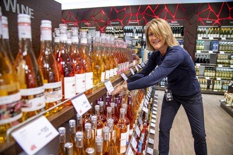 Butikksjef Inger Rode ved Dutyfree på Flesland håper hun snart har både ansatte og reisende kunder tilbake i butikken.