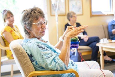 Gjartrud Kolås (74) og Kari Andersen (77) er glade for å kunne møte nettverket på Sandviken Seniorsenter. Nå håper de både sittedans og zumba kommer på aktivitetsmenyen utover høsten.