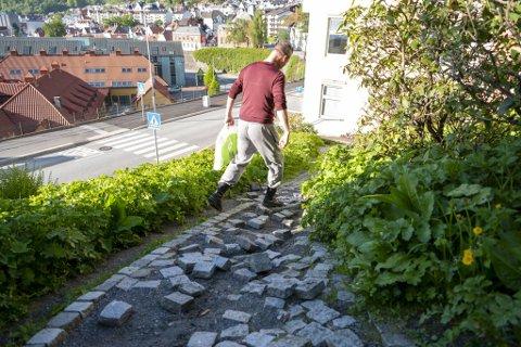 Gangveien på nedsiden av Rothaugen skole er under enhver kritikk. Roar Danielsen (bildet) snublet i løs brostein da han skulle til veterinær med katten.