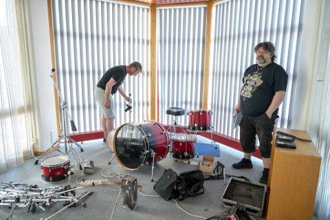 – Trommesettet mitt står igjen, trolig fordi det er for stort å flytte. Men cymbalene er borte, sier Frode Mæhlum (til v.). Bassist Frode Tennebekk konstaterer at det elektriske utstyret er stjålet.