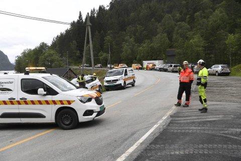 Fleire arbeidarar er på plass ved Litle-Urdalstunnelen for å losne dei store steinmassane i dag.