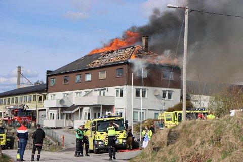 Flammene sto ut av bygningen på Manger. Brannvesenet brukte flere timer på slukkingen.