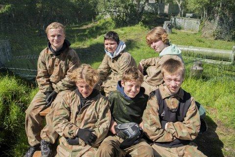 En sammensveiset vennegjeng har sammen planlagt hvilken uke de skulle være med på Mobys sommerleir. Fra venstre oppe: Brede (13), Aron (14), Kristoffer (14). Fra venstre nede: Benjamin (14), Daniel (14), Filip (14).