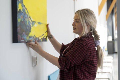 Denne fredagen stiller kunstneren Anne Moldestad Zachariassen ut sin første soloutstilling i Vognhallen. Her med bildet «Du skal ikkje sova bort sumarnatta, ho er for ljos til det».