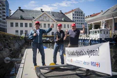 Det var god stemning på Tollbodkaien da designer Arild Inge Bakke, oppfinner Torbjørn Wilhelmsen og Sveinung Toppe fra BOF sjøsatte plasttrålen «Sveinung» torsdag.