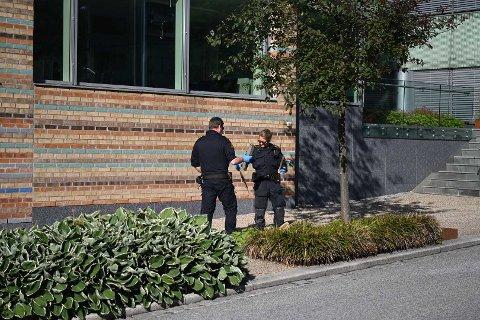 Politiet plukker opp det som muligens er en planke som ble brukt i forbindelse med slagsmålet.