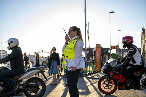 Havneinspektør Cecilie Pedersen forteller at den travle fredagen er langt ifra sjelden på like fine sommerdager.