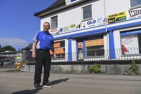 Bjørn Svendsen har drevet bilrekvisita-butikk i dette huset siden 1984. Nå planlegger han å flytte tilbake når bybanen til Fyllingsdalen står ferdig.