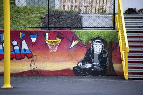 Gatekunstverket av en ortodoks jødisk mann med Palestina-flagg og BDS-armbånd utløste så sterke reaksjoner at kommunen valgt å fjerne det.