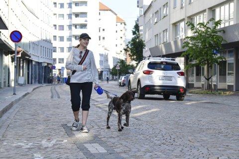 – Man kjøper ikke hund på impuls, men må planlegge å ha den så lenge den lever, sier Marianne Samdal. Her er hun på luftetur i Strandgaten med Mano (2).