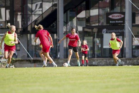 Rakel Engesvik med fint driv på Branns treningsfelt utenfor Stadion. Banens problem har vært drenering etter omleggingen i 2019.