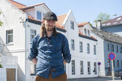 René Sleipnes (33) har bodd i Møllendalsveien 19 siden i november i fjor. – Det er en veldig tung energi over hele bygget, mener han.