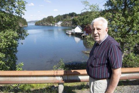 BA møter Jan Jensen (87) ved Træet på Askøy. Han tar oss med til fjæren, og forteller om luktproblemene i området.