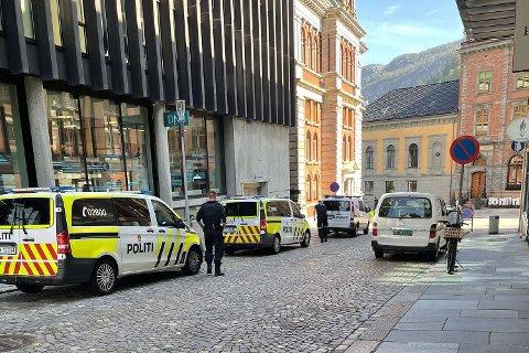 Store politistyrker har rykket ut til Bergen Børs Hotel.