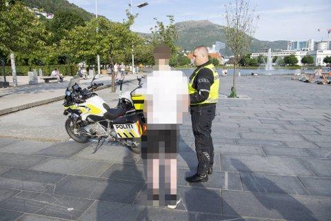 – Jeg er 17 år og bare på besøk i Bergen, forklarer gutten i hvit t-skjorte til politibetjent Christian Jonassen-Nilsen.