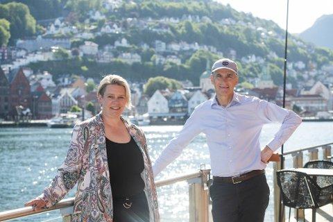 Jonas Gahr Støre sammen med Marte Mjøs Persen, som forlater ordførerrollen til fordel for Stortinget denne høsten.