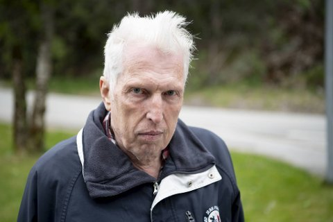 Jan Ove Gelmuyden Carlsen (67) fra Åsane har engasjert seg for å få hjelpetelefonen i Bergen kommune tilbake. – Jeg er sikker på at det er mange andre som vil savne dette tilbudet også, sier han. Foto: Arne Ristesund